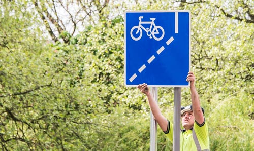 Cycle way sign being erected on Oxford Road
